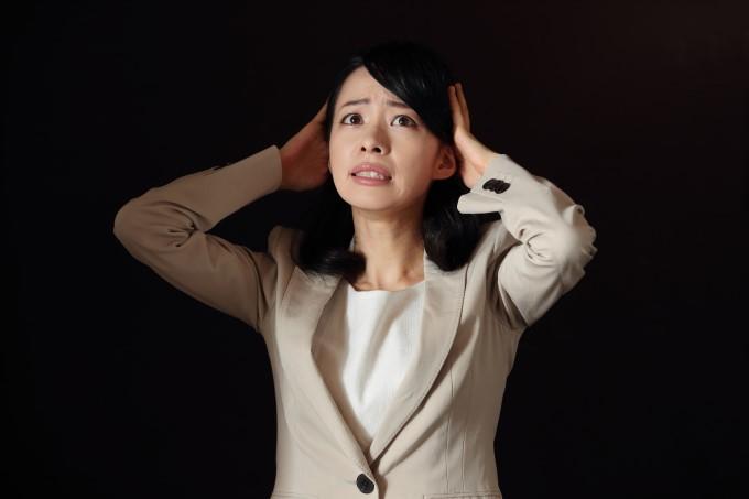 1,総合人材-頭を抱える女性